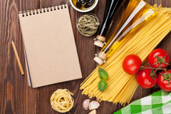 Włoscy karmowi kulinarni składniki Makaron, pomidory, basil Zdjęcia Stock