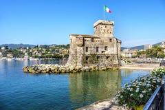 Włoscy kasztele na dennej włoch flaga - Rapallo genuy Tigullio zatoka blisko Portofino Włochy zdjęcie royalty free