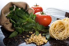 Włoscy kulinarni składniki na czarnym granitowym tabletop. Obrazy Stock