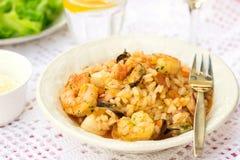 Włoscy ryż rozdają risotto z owoce morza, garnelami i mussels, Fotografia Royalty Free