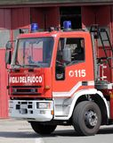 Włoscy samochody strażaccy z literowaniem i błękitnymi syrenami Fotografia Stock