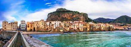 Włoscy wakacje - piękny miasteczko przybrzeżne Cefalu w Sicily zdjęcie stock