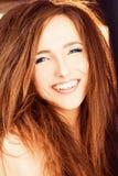 włosiana czerwona uśmiechnięta kobieta Zdjęcie Stock