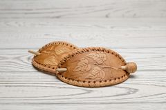 Włosiana klamerka robić brzozy barkentyna handmade na lekkim tle fotografia stock