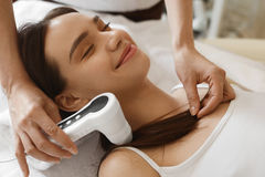 Włosiana opieka Kobieta Analizuje włosy Z analiza systemem piękno zdjęcie royalty free