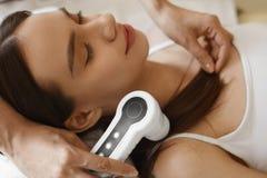Włosiana opieka Kobieta Analizuje włosy Z analiza systemem piękno obraz stock