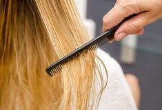 Włosiana opieka Zbliżenie Piękna dziewczyna Po Kąpielowego Hairbrushing Fotografia Stock