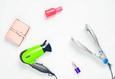 Włosiana suszarka, włosy żelazo, pomadka, pachnidło butelka, kiesa odizolowywająca na białym tle Kosmetyki, akcesoria i przyrząda obraz stock
