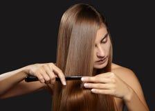 Włosianej opieki fotografia Piękna kobieta po Kąpielowego Hairbrushing Brown Zdrowego Prostego włosy Wzorcowy Szczotkujący Ona Dł Zdjęcia Royalty Free