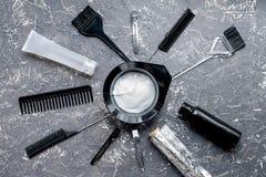 Włosianej opieki pojęcie z barwideł narzędziami na szarego tła odgórnym widoku Zdjęcie Royalty Free