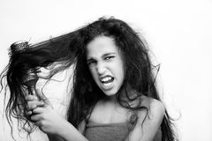 Włosianej opieki pojęcie z portretem szczotkuje dziewczyna jej niezdyscyplinowany, kołtuniasty długie włosy, obraz stock