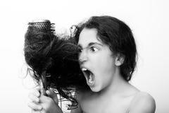 Włosianej opieki pojęcie z portretem szczotkuje dziewczyna jej niezdyscyplinowany, kołtuniasty długie włosy, fotografia stock