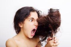 Włosianej opieki pojęcie z portretem szczotkuje jej włosy dziewczyna zdjęcie royalty free