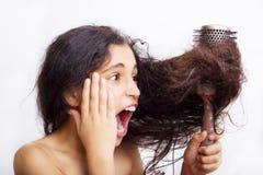 Włosianej opieki pojęcie z portretem szczotkuje jej włosy dziewczyna obraz royalty free