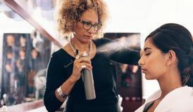 Włosiany stylista pracuje na kobiety ` s włosy przy salonem zdjęcia stock