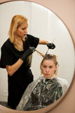 Włosiany stylista przy pracą - fryzjer stosuje kolor na zwyczaju zdjęcia stock