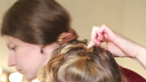 Włosiany stylista robi fryzurze młode dziecko dziewczyna w studiu zbiory wideo