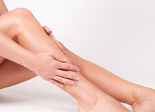 Włosiany usunięcie i epilacja Kobiet nogi z gładką skórą po depilaci zdjęcie royalty free