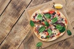 Włoska domowej roboty pizza na nieociosanym drewnianym stole z kopii przestrzenią Obraz Royalty Free