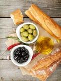 Włoska karmowa zakąska oliwki, chleb i pikantność, obraz stock