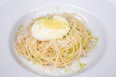 Włoska kuchnia, kłusujący jajka, spaghetti, makaron Fotografia Royalty Free