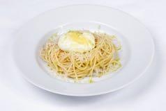 Włoska kuchnia, kłusujący jajka, spaghetti, makaron Zdjęcia Stock