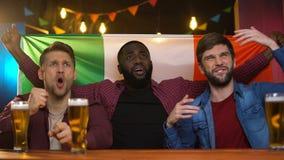 Włoska piłki nożnej drużyny przegrywająca gra, multiracial męscy przyjaciele rozczarowywający, pub zdjęcie wideo
