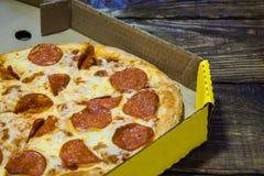 Włoska pizza w kartonie dalej na drewnianym stole tło textured Odbitkowy pasty miejsce obrazy royalty free