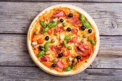 Włoska pizza z jamon obraz royalty free