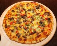 Włoska pizza z mięsem i czerwonym pieprzem fotografia stock