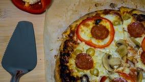 Włoska pizza z pepperoni, mozzarellą i pomidorowym kumberlandem, Pizza na drewnianym stole zdjęcie stock