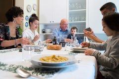Włoska rodzina lunch z makaronem zdjęcie stock