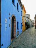 Włoska ulica w starym mieście, Rimini, Włochy europejczycy Kąciki i crannies w Rimini Wąska aleja Z Starymi budynkami W Typowym J fotografia stock