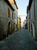 Włoska ulica w starym mieście, Rimini, Włochy europejczycy Kąciki i crannies w Rimini Wąska aleja Z Starymi budynkami W Typowym J obraz stock