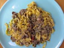 Włoski świeży fettuccine lub tagliatelle makaron z porcini my rozrastamy się na błękitnym talerzu Fotografia Stock
