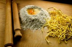 Włoski świeży makaron: spaghetti alla chitarra zdjęcia royalty free