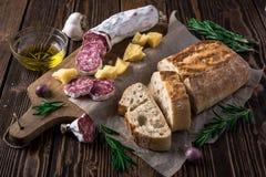Włoski chleb Ciabatta, salami i ser Parmezańscy, Zdjęcie Royalty Free