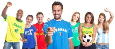 Włoski fan piłki nożnej wskazuje przy kamerą z inny obrazy royalty free