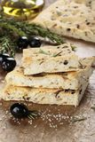 Włoski focaccia chleb z oliwkami i rozmarynami zdjęcia royalty free