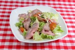Włoski jedzenie: świeża sałatka z Vitello Tonnato Obrazy Royalty Free
