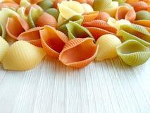 Włoski jedzenie - barwiony uncooked conchiglie makaron zdjęcia royalty free