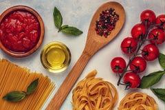 Włoski karmowy tło z makaronem, pikantność i warzywami, Fotografia Stock