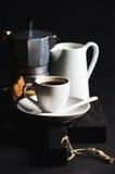 Włoski kawowy ustawiający dla śniadaniowej filiżanki gorąca kawa espresso, creamer z mlekiem, cantucci i moka, puszkujemy na ciem Zdjęcia Stock
