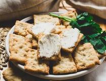 Włoski krakers na talerzu z rozciekłym serem i ziele obraz stock
