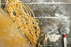 Włoski makaron lub kluski, Lay z mąką, nóż dla ciąć Zdolność używać jako kulinarny tło, książki przepisy obraz royalty free