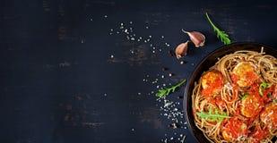 włoski makaron Spaghetti z klopsikami i parmesan serem obraz stock