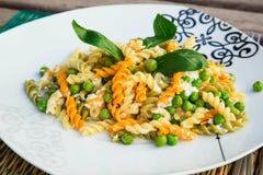 Włoski makaron z ricotta serem, oliwa z oliwek i świeżym zielonym grochem, Obrazy Royalty Free