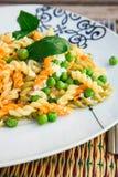 Włoski makaron z ricotta serem, oliwa z oliwek i świeżymi zielonymi grochami, Obrazy Royalty Free