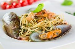 Włoski makaronu aglio olio z denną owoc Fotografia Royalty Free