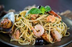 Włoski makaronu aglio olio z denną owoc zdjęcie royalty free
